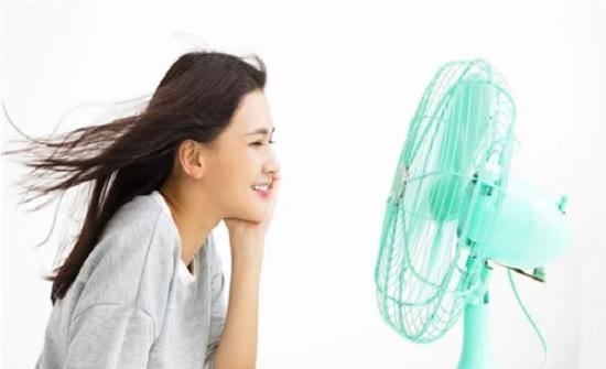 دراسة تحذر من النوم أمام هواء المروحة: قد تصاب بصداع مزمن
