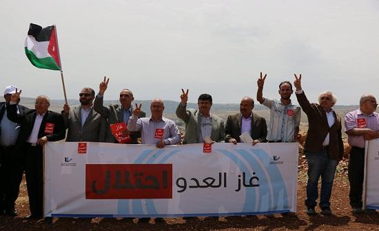 بالصور : مهندسون يعتصمون في ارض مراد استملاكها لانبوب الغاز المستورد من اسرائيل