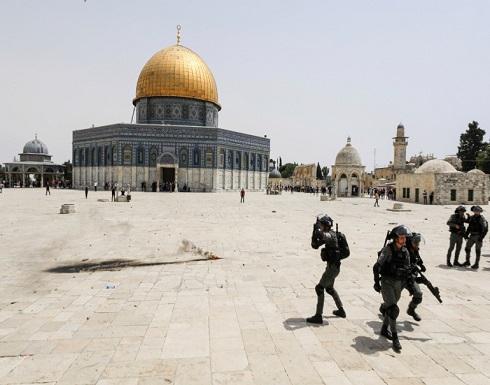 جندي إسرائيلي يفرّ هاربا أمام فلسطينيين وسط باحات الأقصى .. بالفيديو