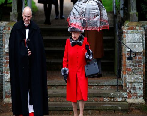 الملكة إليزابيث تستغني لأول مرة عن الفرو الحقيقي وتستبدله بالصناعي