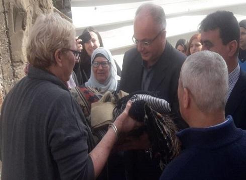 سيدة إسرائيلية تعيد مقتنيات سرقها والدها من بيت فلسطيني خلال النكبة- (صور)