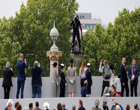 بالصور : رجل طائر فوق الشانزيليزيه في العيد الوطني الفرنسي