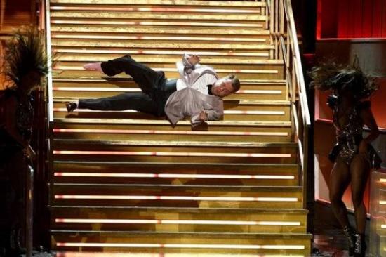 """سقوط مدوي لـ""""جيمس كوردن"""" على خشبة المسرح.. """"شاهد"""""""