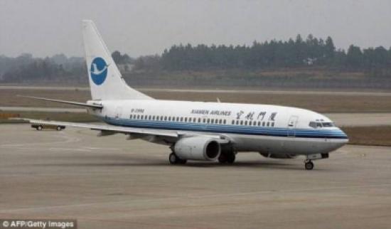 بالصورة: مضيفة تسقط من باب الطائرة.. وهذا ما حلّ بها!