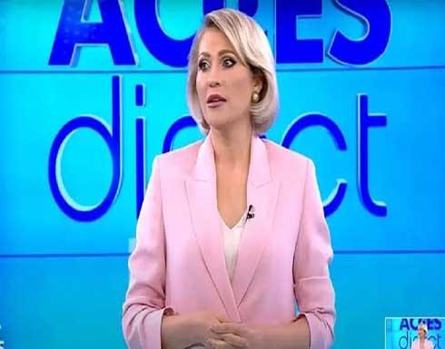 امرأة عارية تهاجم مذيعة رومانية خلال بث مباشر وتثير هلعا في الاستوديو (فيديو)