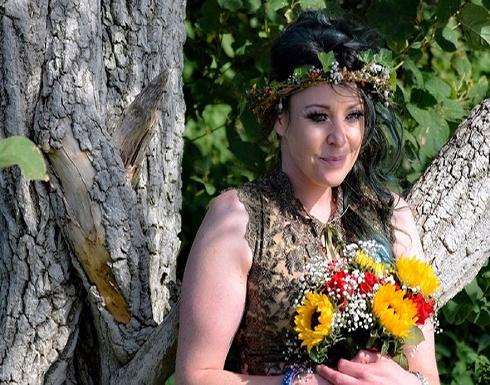 بريطانية تحتفل بمرور عام على زواجها من شجرة (صور)