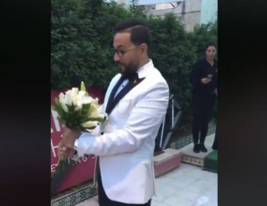 فيديو| رد فعل غير متوقع لشاب لحظة خروج عروسه من 'الكوافير'!