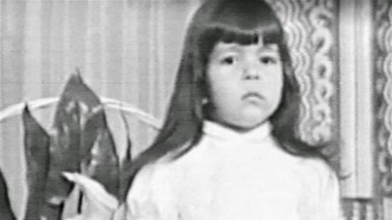 بالصورة: هذه الطفلة أصبحت من أشهر الفنانات العربيات.. من هي؟