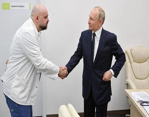 بعد لقائه طبيبا أصيب لاحقا بكورونا.. بوتين يتخلى عن المصافحات ويعمل عن بعد