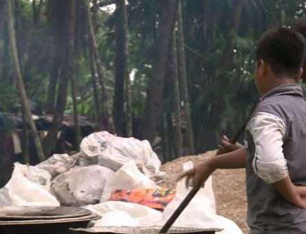 شاهد .. بنغلاديش يقدمون الطعام إلى الروهينغا