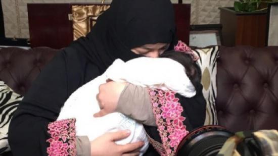 صور: الطفلة دارين تعود إلى حضن والدتها بعد قضية التعنيف