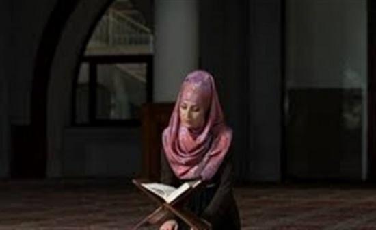 ما حكم تغطية المرأة شعرها أثناء قراءة القرآن في المنزل؟..