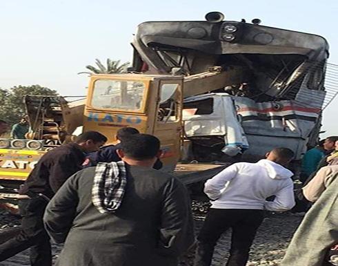 اصطدام قطار برافعة ومصرع وإصابة 5 أشخاص في مصر.. صور