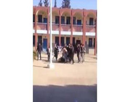 شاهد كيف هاجم تلميذ أستاذه وأسقطه أرضاً