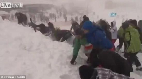 بالفيديو والصور.. لحظة دفن الجليد زوار منتجع بتركيا