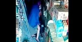بالفيديو.. امرأة تسرق كرتونة معلبات وتخفيها أسفل ملابسها
