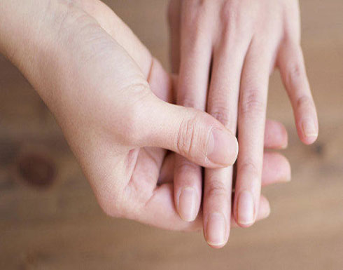 العوارض الأولى للسرطان تظهر على اليدين.. اكتشفها فوراً