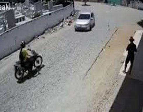 تصادم يطيح بقائد دراجة بخارية متخذا دورتين في الهواء (فيديو)