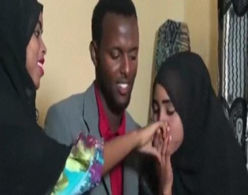 شاب صومالي يتزوج امرأتين برضاهما في يوم واحد (فيديو)