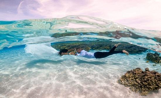 سعودي وزوجته يحتفلان بزفافهما تحت الماء في جزر المالديف (صور)