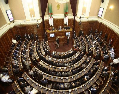 الرئيس الجزائري يخفض عدد مقاعد البرلمان