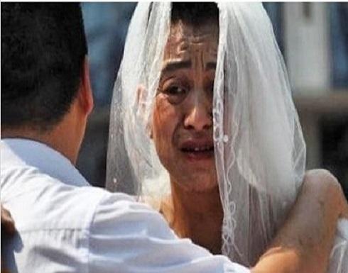 رجل يرتدى فستان زفاف ويضع أحمر شفاه لإنقاذ ابنته المريضة