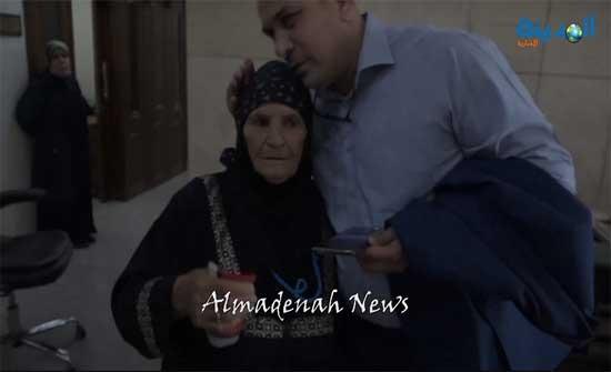 بالفيديو : عياصرة قبل رأس السيدة الجرشية ووعدها باعادة بناء المنزل المحترق