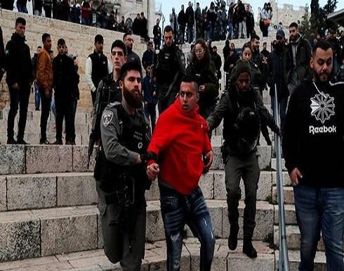 بالفيديو : إسرائيل تعتقل شبانا فلسطينيين شمالي القدس عقب اشتباكات مسلحة