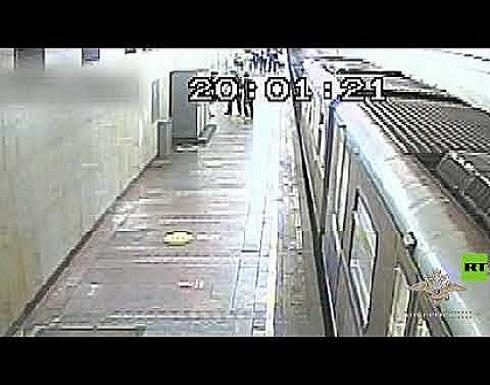 رجل ينجو بأعجوبة من الموت تحت قطار مسرع في مترو أنفاق موسكو