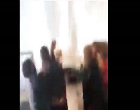 أستاذ يتحرّش ببنات الـ 12 عاماً.. وأمّهاتهنّ يلقّنّه درساً قاسياً! (فيديو)