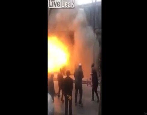 انفجار يصيب رجلي إطفاء أثناء إخماد حريق (فيديو)