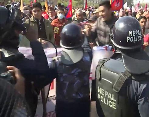 شاهد : اشتباكات عنيفة في نيبال بين الشرطة ومتظاهرين مطالبين بإعادة الحكم الملكي