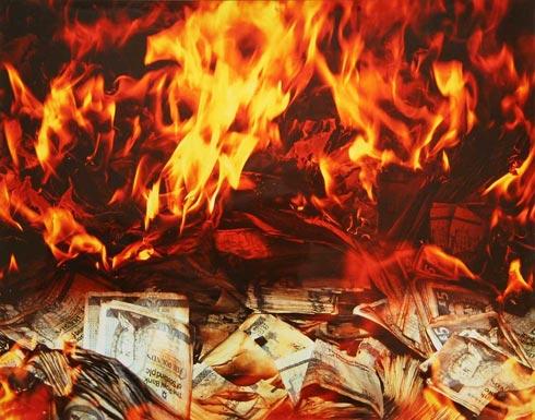 بالفيديو: زبون يشعل النار في بنك.. والسبب غريب!