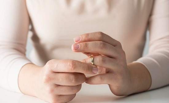 بريطانيا : رجل يهدد زوجته بالطلاق بسبب شهرتها على مواقع التواصل