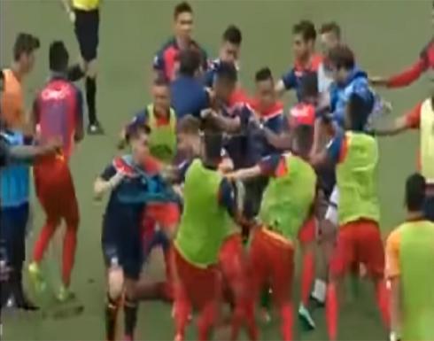 فيديو : مباراة كرة قدم تتحول إلى حلبة مصارعة في غواتيمالا