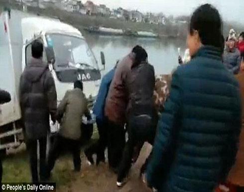 100 رجل ينقذون شاحنة من الغرق (فيديو وصور)