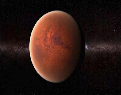 """ناسا تنشر صورة لقمر المريخ فوبوس تظهره كـ""""حلوى"""" تطفو في الفضاء"""