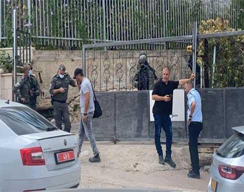 شاهد : الاحتلال ينفذ اعتقالات في قرية الناعورة و يجري عمليات تفتيش عن الأسرى