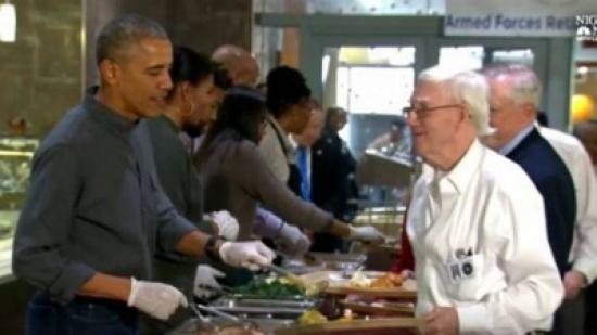 """بالفيديو.. أوباما يعمل على """"البوفيه""""!"""