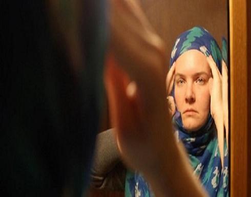 هل يجوز للمرأة العيش مع ابن زوجها البالغ والظهور أمامه بدون حجاب؟