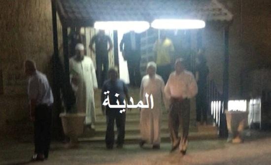 بالصور : امرأة تختبئ بين صفوف المصلين في مسجد بعمان هربا من الشرطة