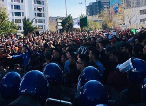 عشرات المسيرات تعم مدن الجزائر رفضا لترشح بوتفليقة (شاهد)