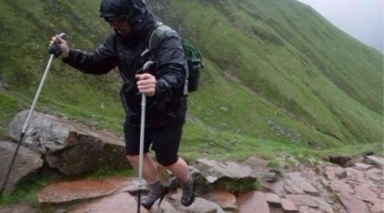 شاب يتسلق أعلى جبل في بريطانيا بالكعب العالي