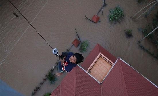 لقطات مرعبة.. لحظة انزلاق مئات المنازل بالهند نتيجة الفيضانات.. فيديو