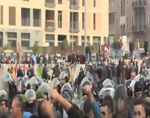 """شاهد : مواجهات بين مناصري """"المستقبل"""" والمحتجين في وسط بيروت"""