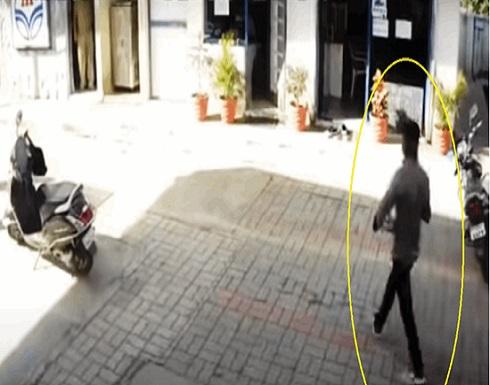 حاصرها بالثعابين السامة داخل مكتبها فكانت ردة فعلها غير متوقعة (فيديو)