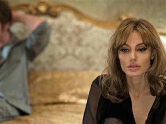 أنجلينا جولي 'المنهارة' تعود للعاداتها السيئة بشراهة ،، لماذا؟!