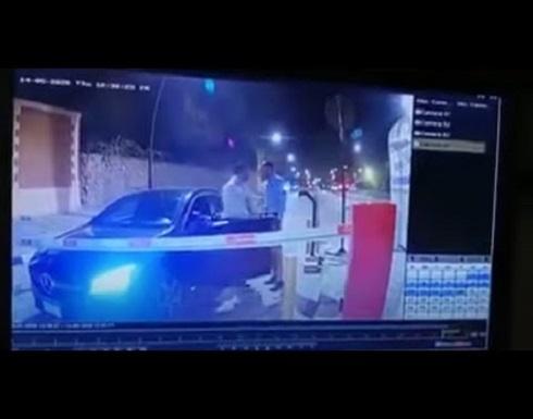 """"""" رجل يتهمه بالسُكر """" شاهد.. فيديو مُسرب لإعتداء الفنان """"أحمد فلوكس"""" على موظف أمن"""