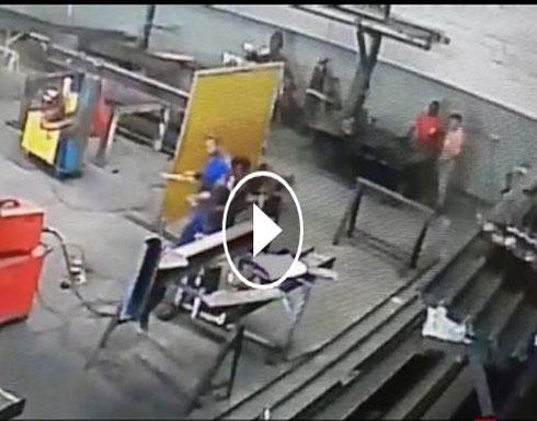 لحظة إمساك النيران برأس عامل بسبب تطاير شظايا مشتعلة (فيديو)