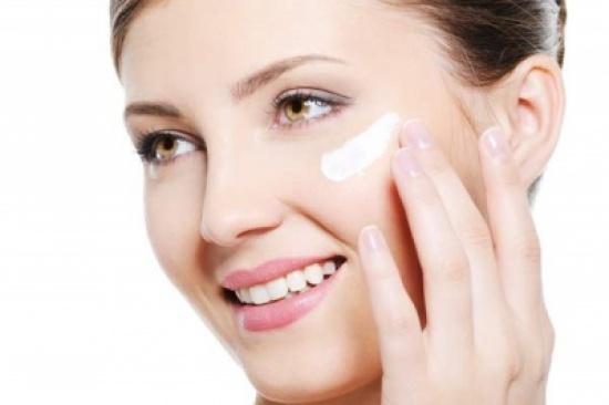 كيف تضعين مرطّب الوجه بطريقة صحيحة؟